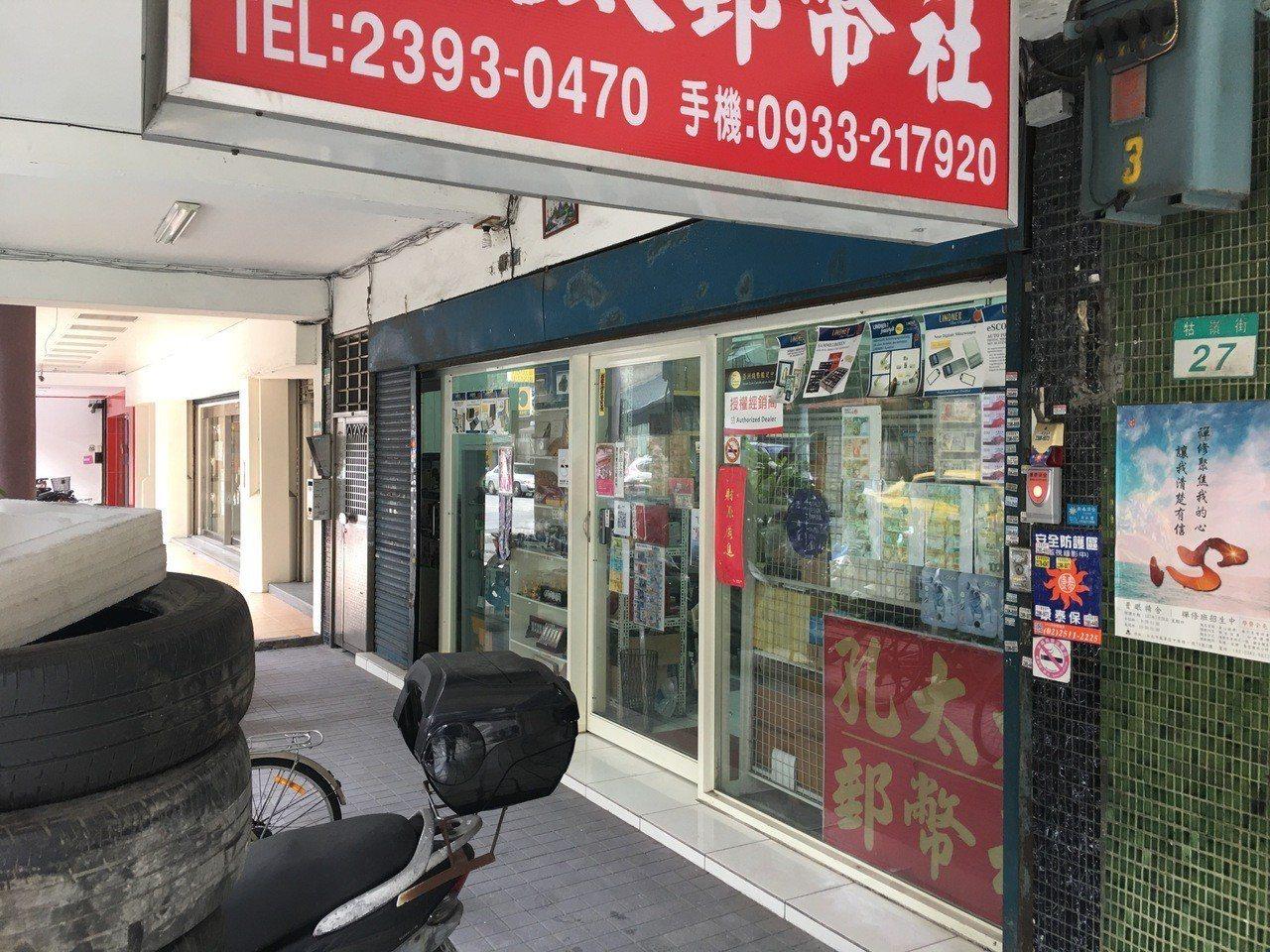 台北市中正區一家郵幣社前(12)日遭竊,一名男子於傍晚6時許闖入店內,將展示在櫃...