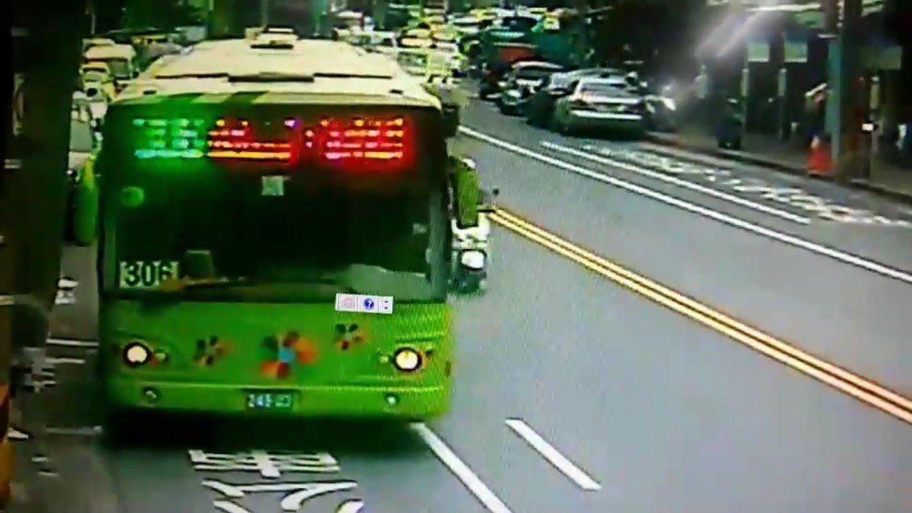 廣告導演范可欽昨天下午在北市搭乘大都會客運306公車,疑因公車急煞車,讓范乘坐的...