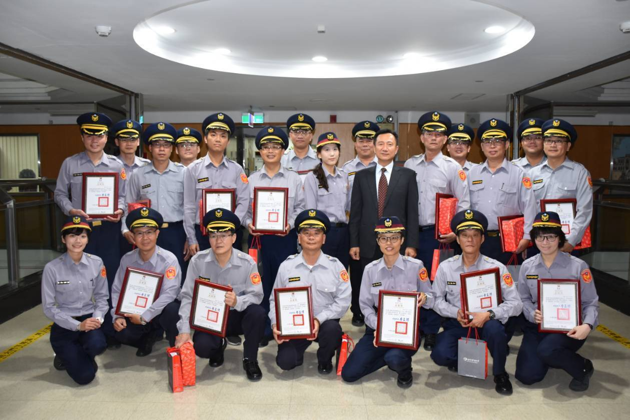 台南市警局統計,今年以來已成功搶救自殺民眾案件計476件,從中選出21名警員,今...