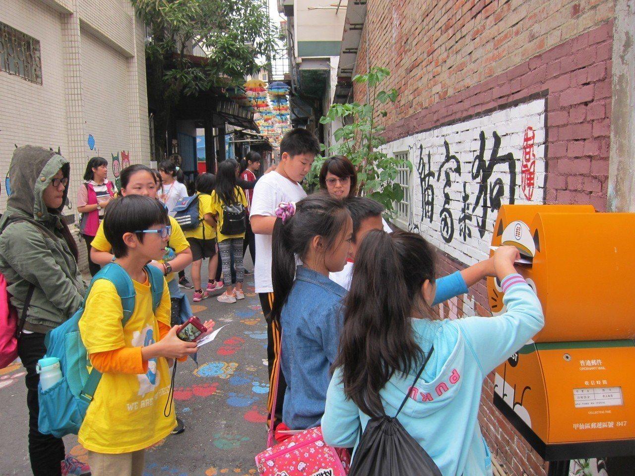 學童參觀甲仙貓巷,並寄出手作紀念明信片。記者徐白櫻/翻攝
