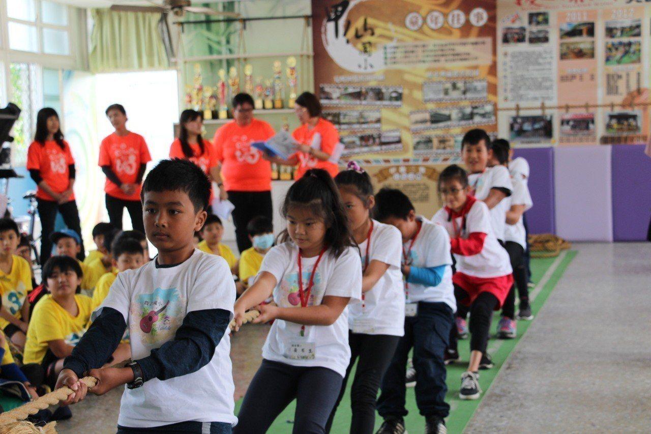學童體驗《拔一條河》的辛苦與樂趣。記者徐白櫻/翻攝