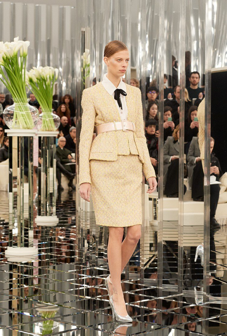 香奈兒2017春夏高級訂製系列鵝黃色束腰窄裙西裝套裝。圖/香奈兒提供