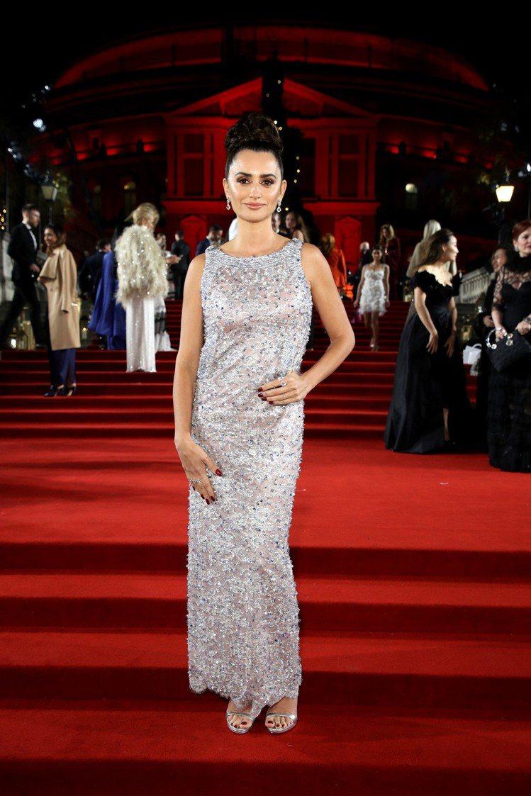 潘妮洛普克魯茲在英國時尚大獎上,則是穿上香奈兒2018春夏高級訂製系列的粉灰色刺...