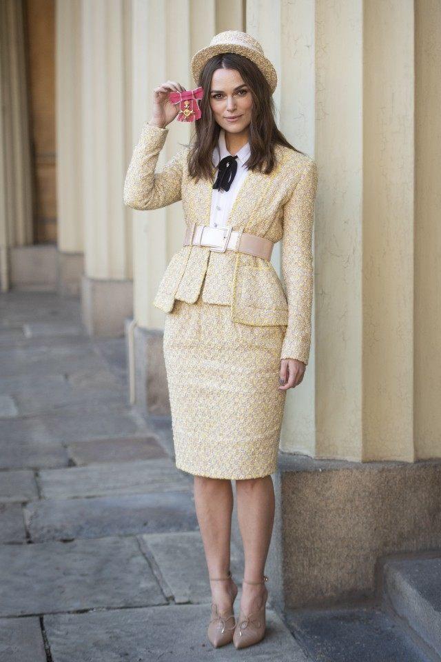英國女星綺拉奈特莉身穿香奈兒2017春夏高級訂製系列的一襲鵝黃色束腰窄裙西裝套裝...