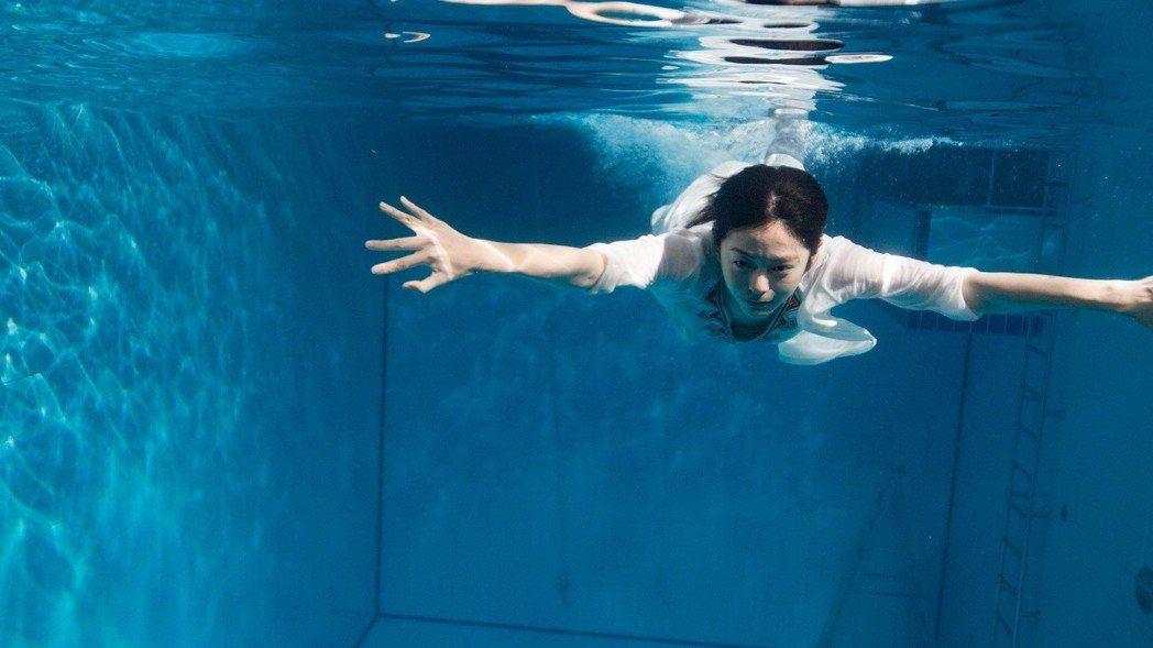 任容萱在新片「玩命貼圖」飾演熱血教師大秀泳技,為了求逼真,還特別鉛塊加身。圖/星...