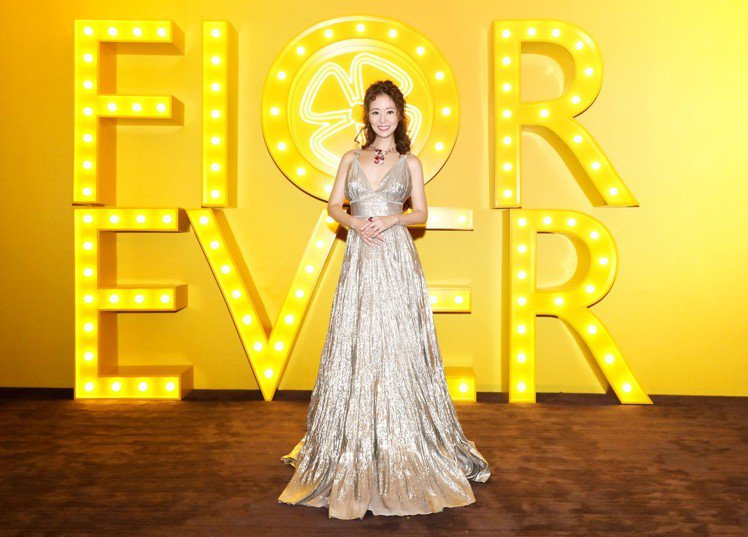 女星林心如身穿銀色禮服,詮釋Fiorever系列作品,雍容華美氣質非凡。圖/寶格...