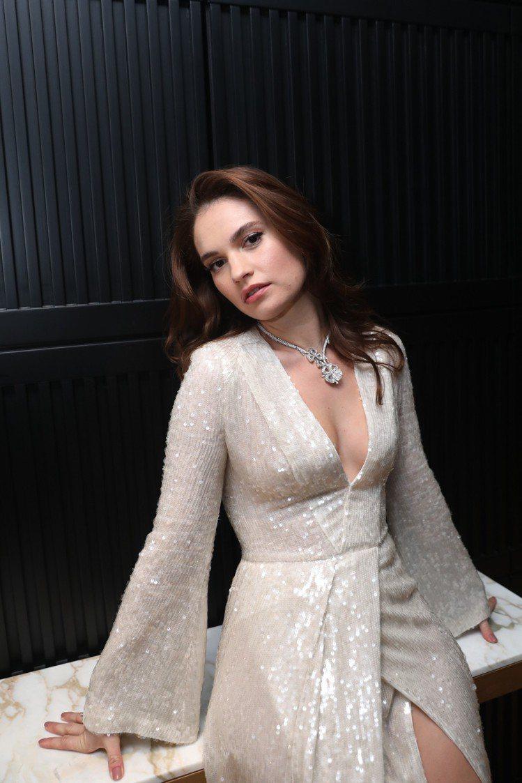 品牌形象大使Lily James一身白色洋裝,優雅詮釋寶格麗全新Fiorever...