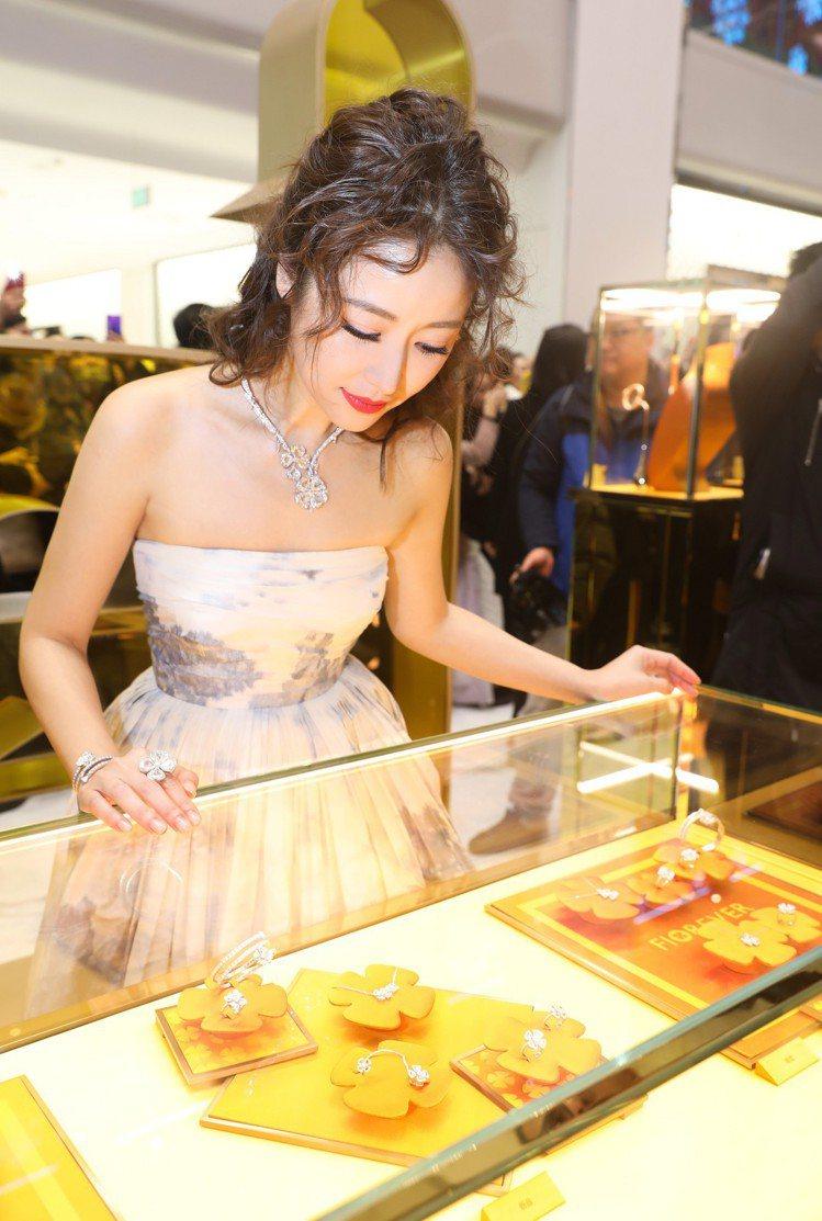 女星林心如受邀出席Fiorever系列北京上市派對,細細欣賞寶格麗工藝美學。圖/...