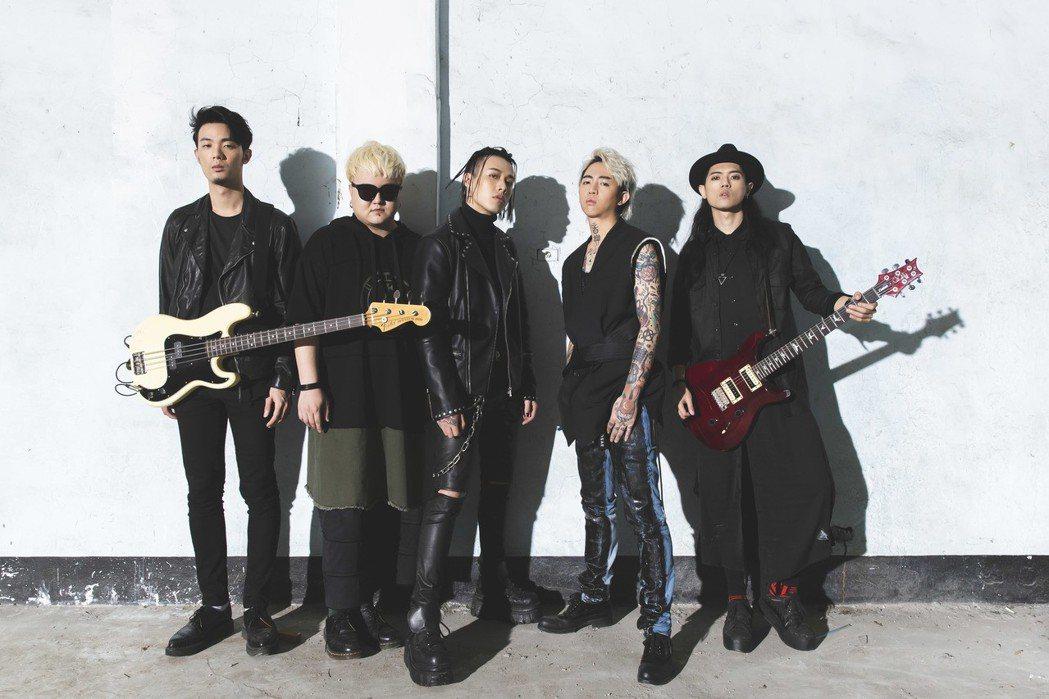 謝和弦(右二)新歌MV找來TRASH樂團跨刀。圖/華納音樂提供