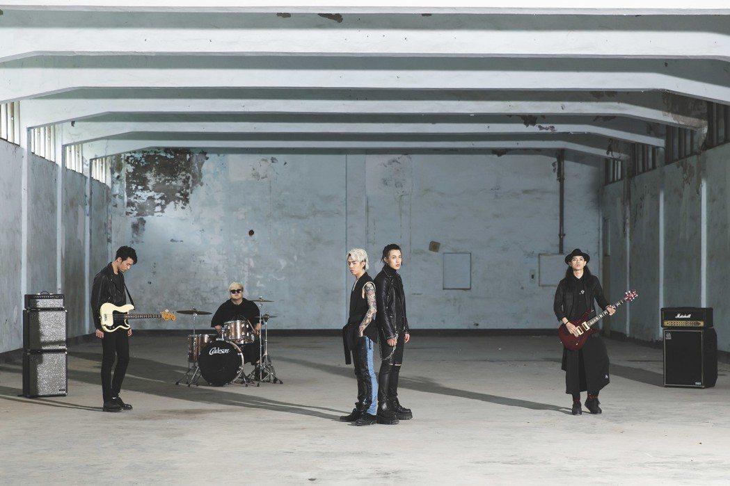謝和弦(左三)新歌MV找來TRASH樂團跨刀。圖/華納音樂提供