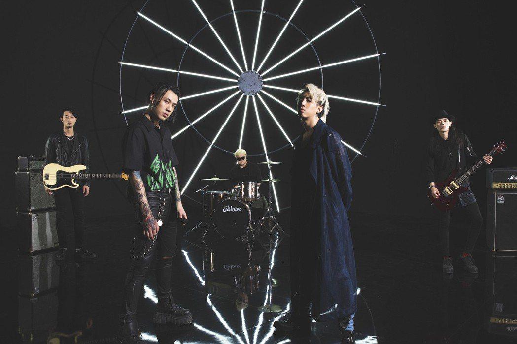 謝和弦(右2)新歌MV找來TRASH樂團跨刀。圖/華納音樂提供