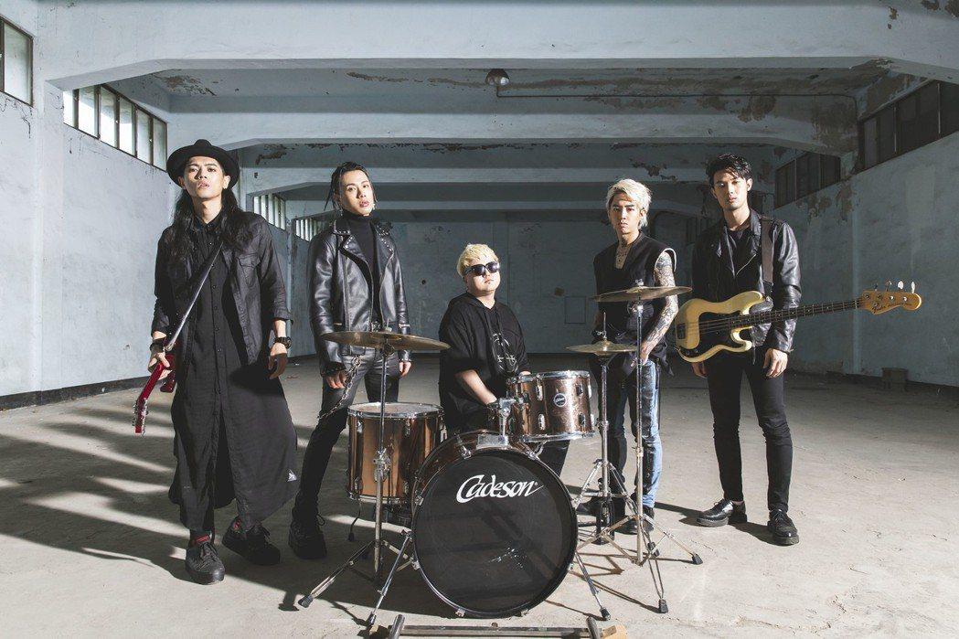謝和弦新歌MV找來TRASH樂團跨刀。圖/華納音樂提供