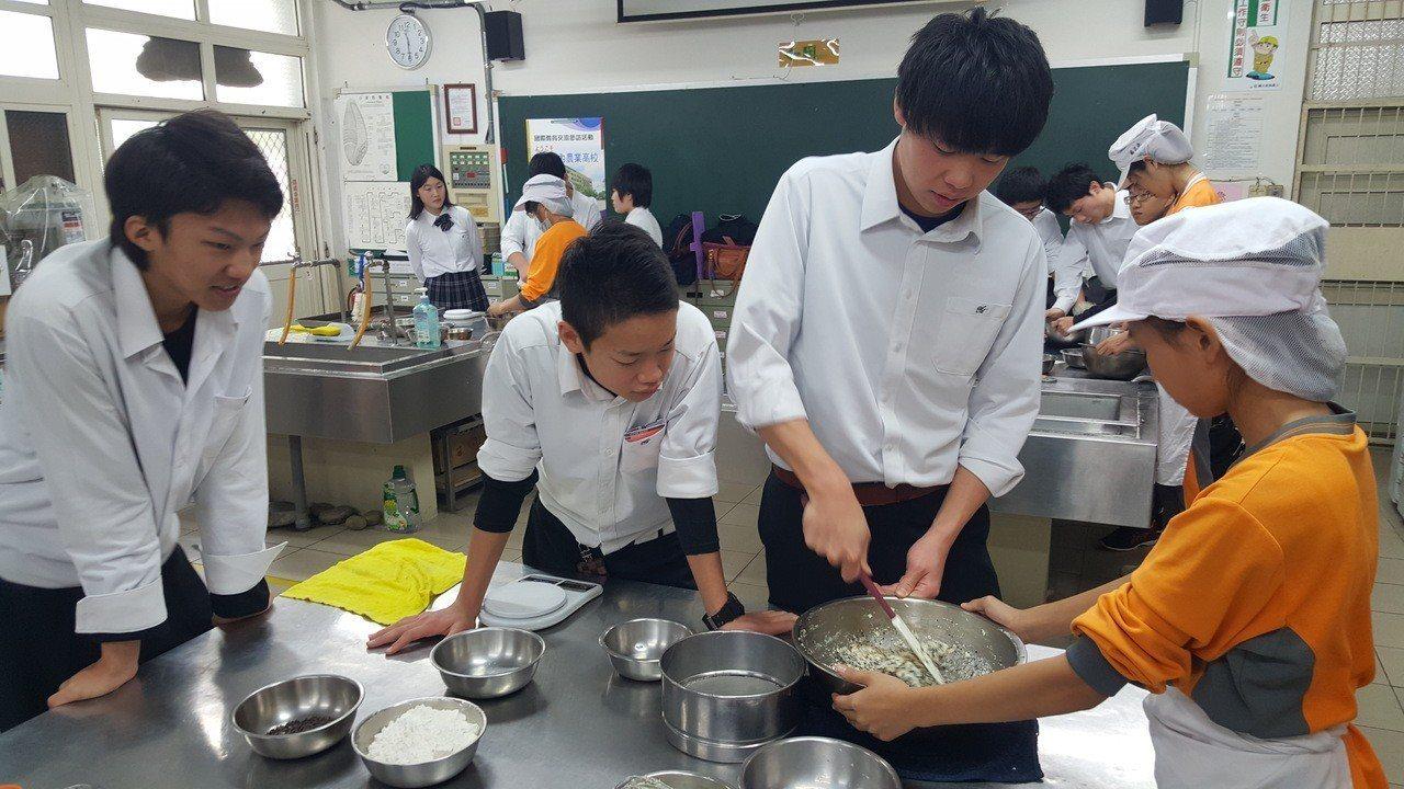 苗栗農工安排食品科學生與日本庄內農校學生體驗手作養生芝麻餅乾。記者胡蓬生/攝影