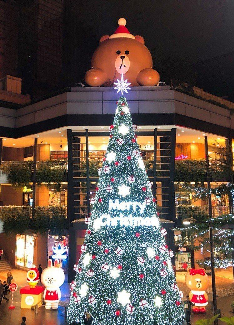 新光三越台北信義新天地全台獨家打造超過17米高的LINE FRIENDS耶誕樹。...