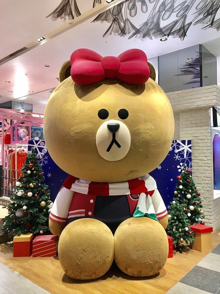 熊大、熊美變身時尚耶誕ICON,成為今年冬季打卡拍照的最佳景點。圖/LINE提供