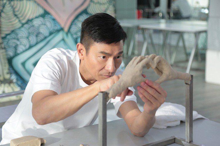 劉德華(華仔)闊別8年再戰香港紅館,15日起跑的「My Love Andy Lau World Tour」巡演共20場,打平上回紀錄,雖然公司在演唱會前夕爆出合作紛爭,但他仍專注於演出上,14日主辦...