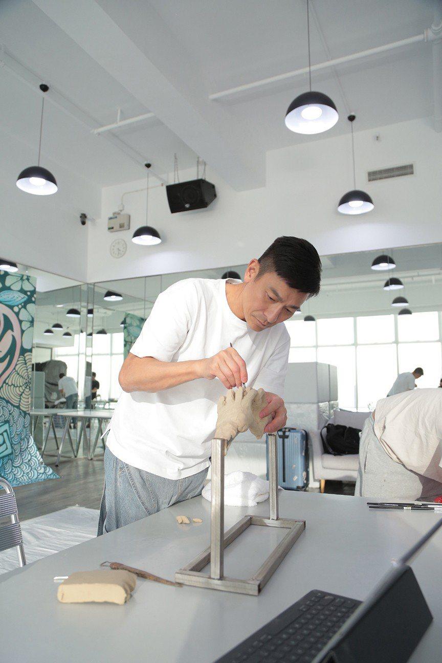 劉德華花13個小時捏製「分享」銅像的心型手部分。圖/台灣映藝提供