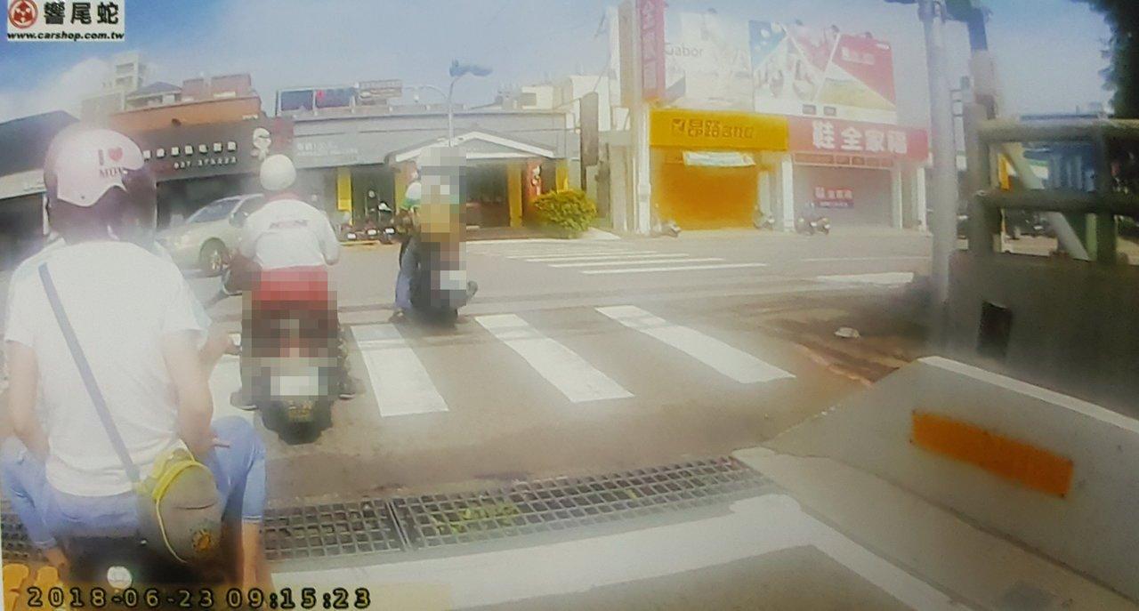 行車記錄器普遍,交通違規檢舉案件多,明年起檢舉交通違規將採實名制。圖/警方提供