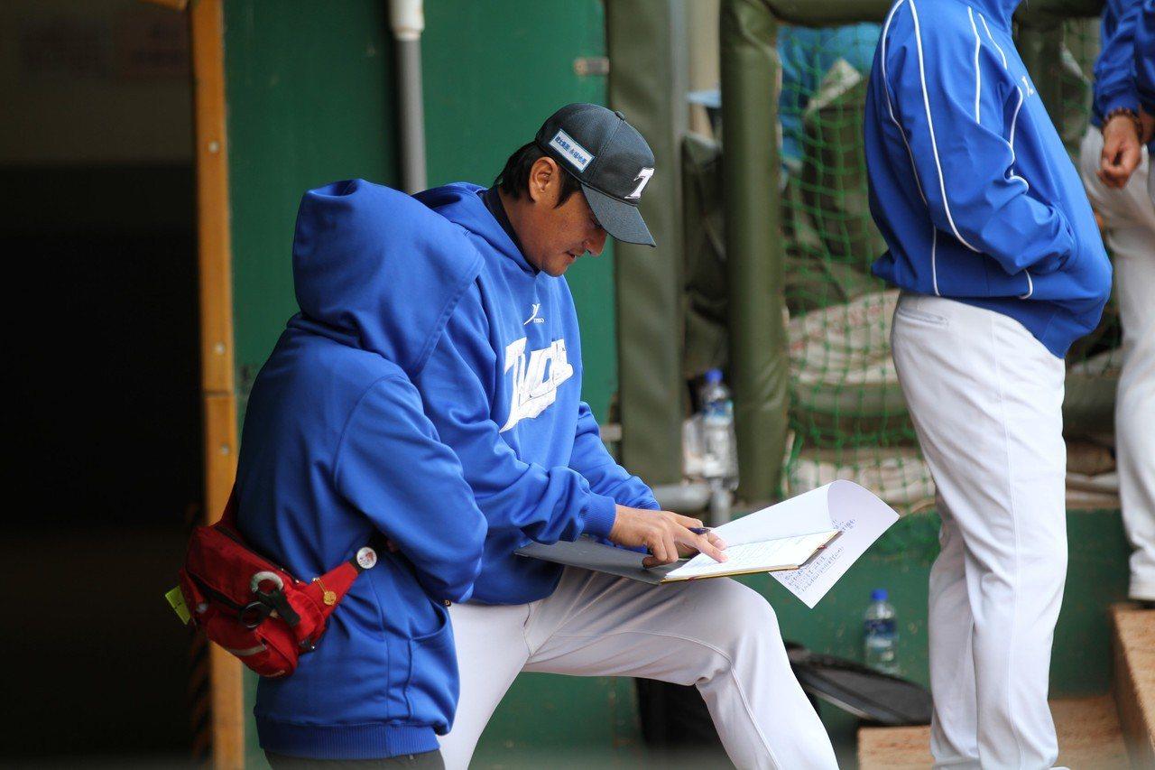 林英傑轉任投手教練,在場邊仔細做筆記。圖/台中台壽保隊提供