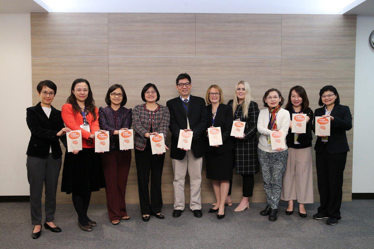 台灣認知功能促進協會與聯合報健康事業部今日舉辦「失智症預防及照護因應策略」專家會...