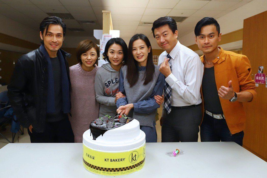 Gino(左起)、王瞳、江祖平、吳皓昇、陳彥廷為壽星楚宣慶生。圖/民視提供