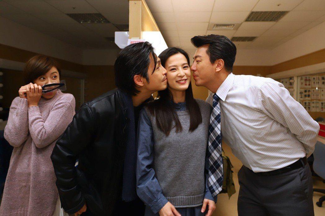 楚宣(中)過生日,吳皓昇、Gino 獻吻。圖/民視提供