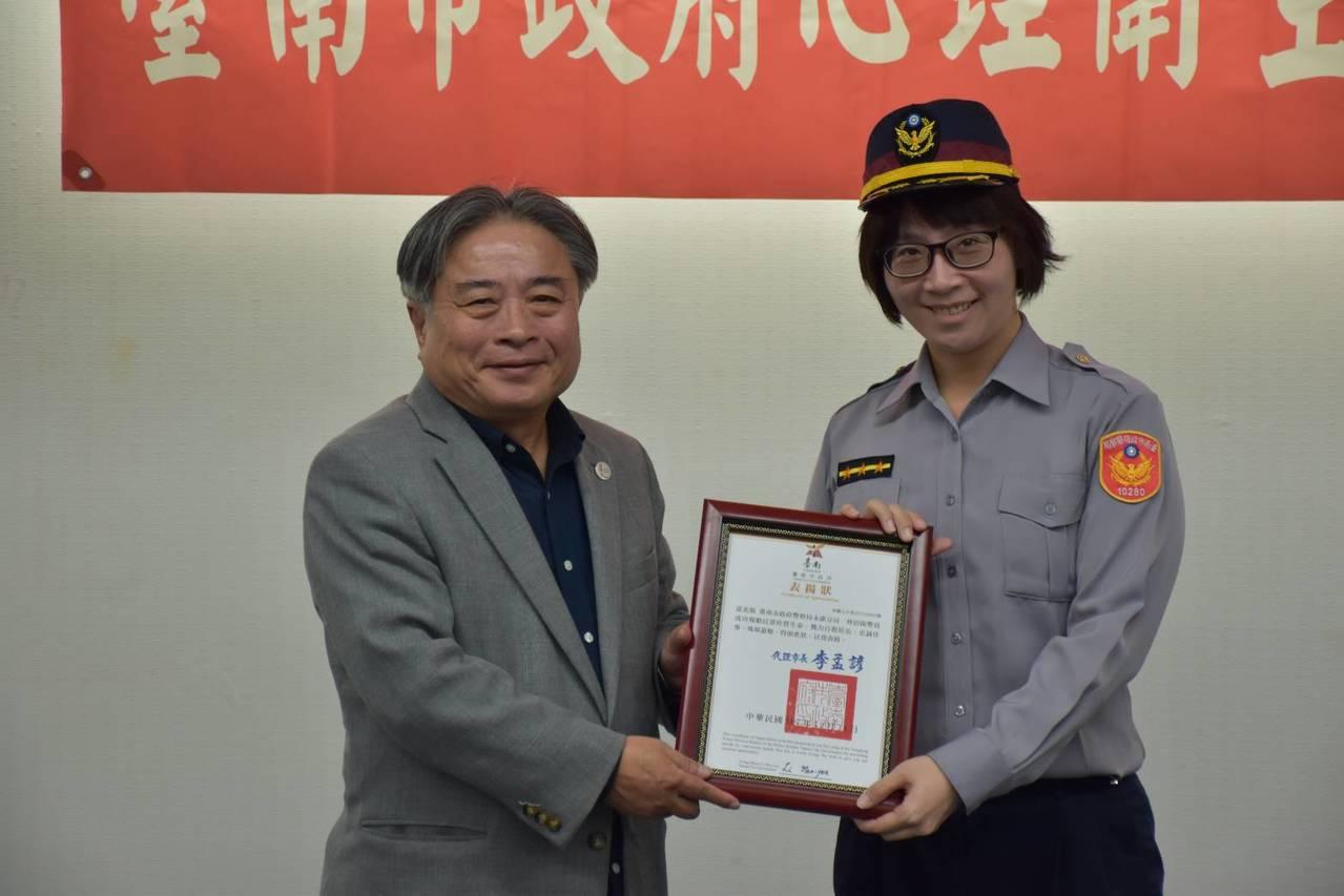 鹽行派出所警員林倍陽代表到市府領取「搶救自殺有功人員獎」。圖/方國安提供