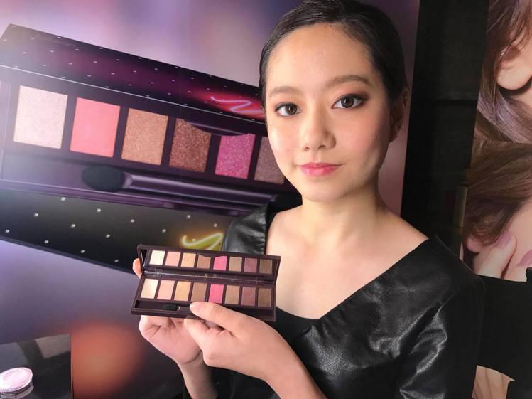 先用大地色系眼影打底、最後再刷上珠光粉紅色的煙燻玫瑰眼妝。圖/記者陳立儀攝影