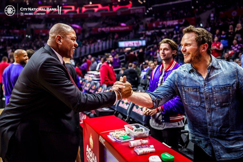 克里斯普萊特(右一)和派屈克史瓦辛格(右二)結伴觀賞NBA球賽。圖/摘自twit...
