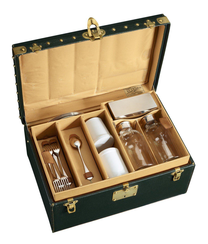 1909年以Vuittonite帆布、黃銅、銀、陶瓷打造的野餐箱。圖/LV提供