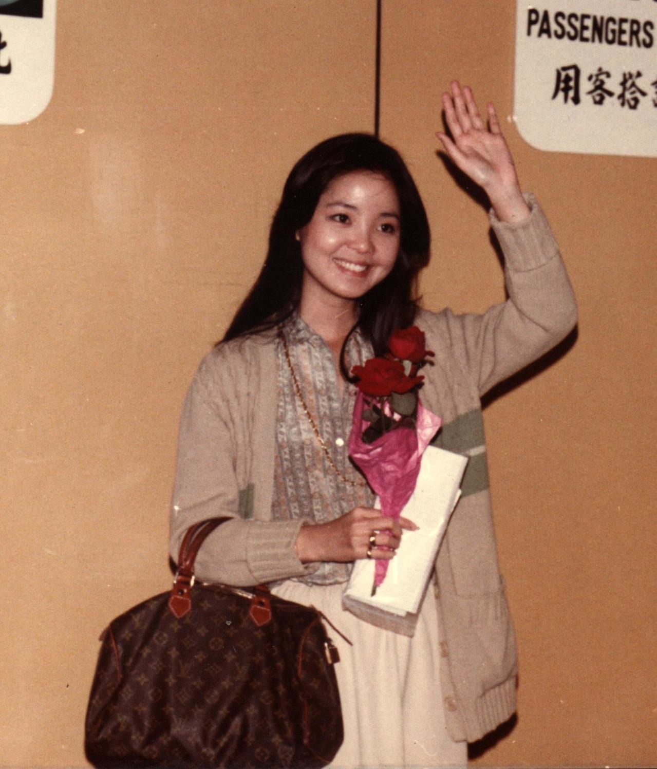 1978年10月23日鄧麗君自香港啟德機場返台,手上提的正是路易威登Speedy...