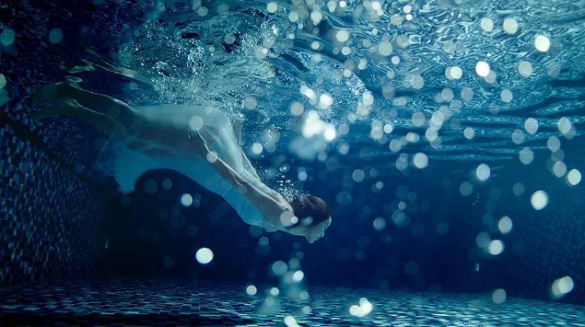鍾瑶為拍攝保養品廣告影片潛水圖/星和醫美提供