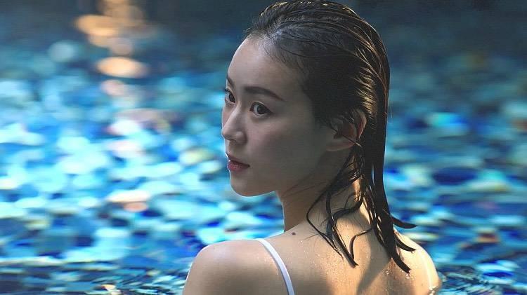 鍾瑶為拍攝保養品廣告影片潛水。圖/星和醫美提供