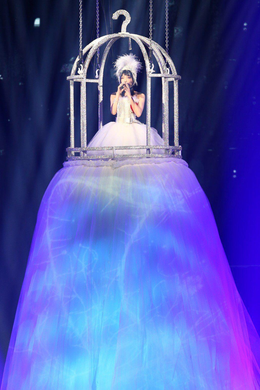 張韶涵穿著「鑽石鳥籠天鵝裝」,登高開場。記者葉信菉/攝影