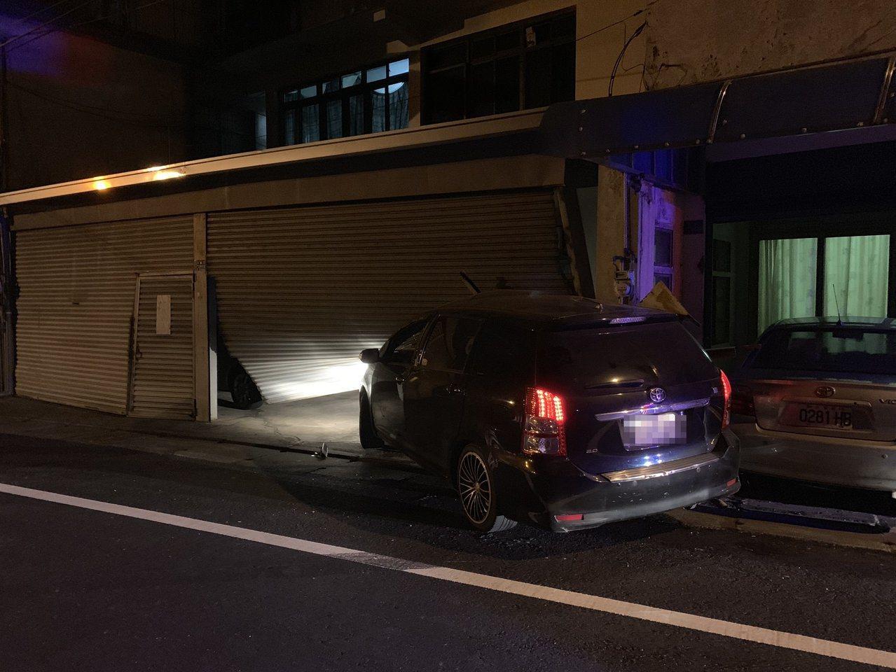 苗栗縣頭份市尖豐路晚間7點多發生車輛撞上路邊民宅的意外事故,車內一對男女受傷,男...