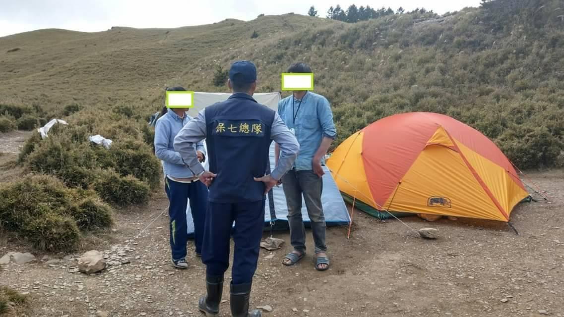一對母子在海拔三千多公尺的合歡北峰小溪營地一住四個月,昨天由太管處和保七總隊員警...