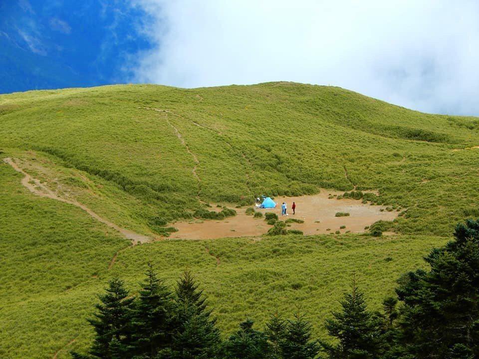 一對母子在合歡北峰小溪營地紮營四個月,山友並拍下母子兩人清除登山客留下的垃圾和大...