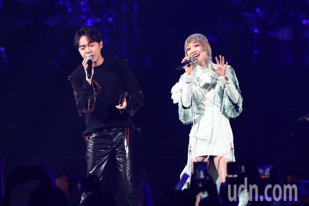張韶涵(右)今天在台北小巨蛋舉辦「旅程」世界巡迴演唱會第一場,青峰(左)出席當特