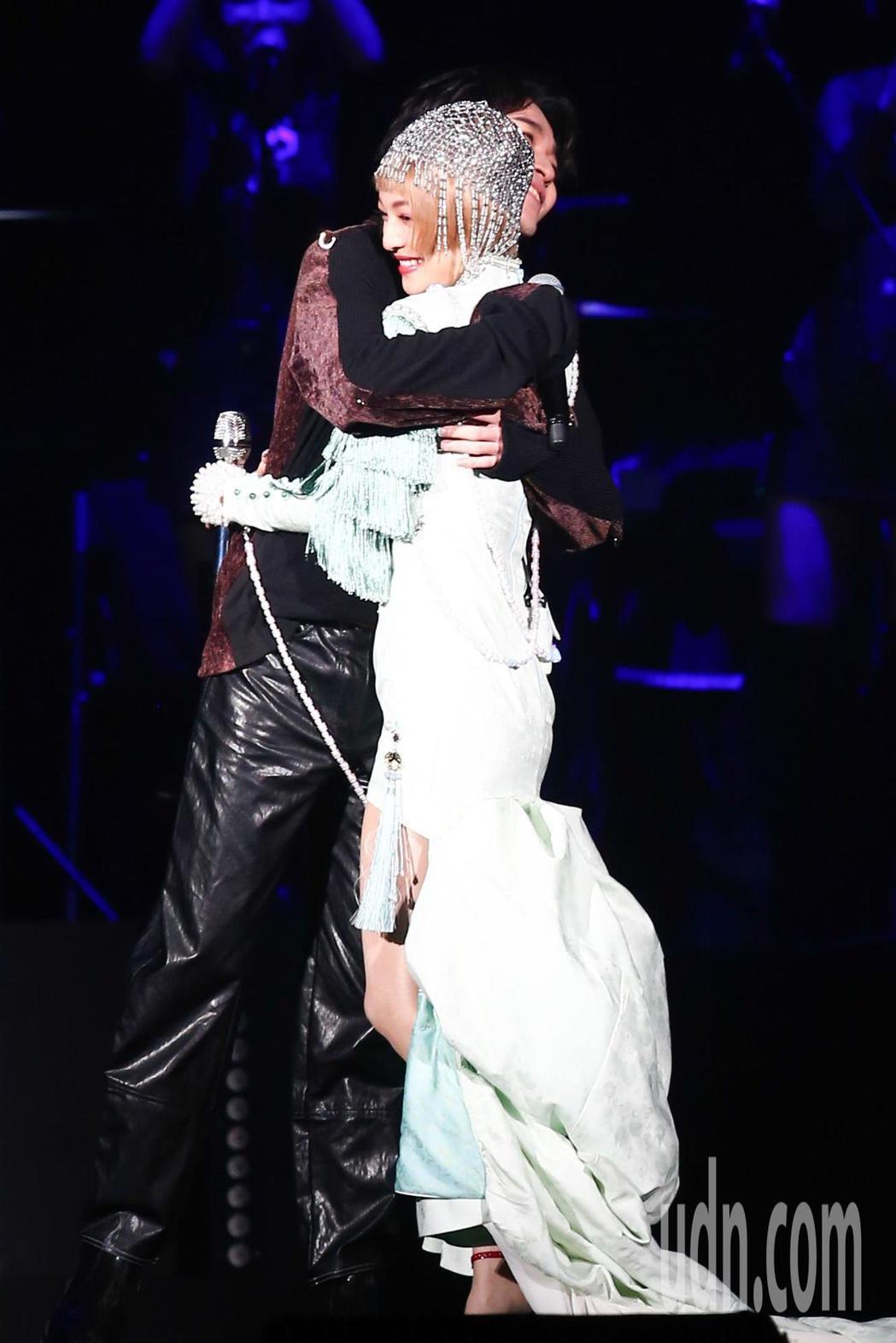 張韶涵(右)今天在台北小巨蛋舉辦「旅程」世界巡迴演唱會第一場,青峰(左)出席當特...