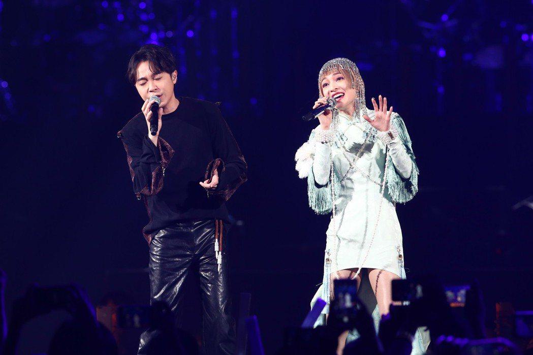 張韶涵(右)邀來吳青峰擔任演唱會嘉賓。記者葉信菉/攝影