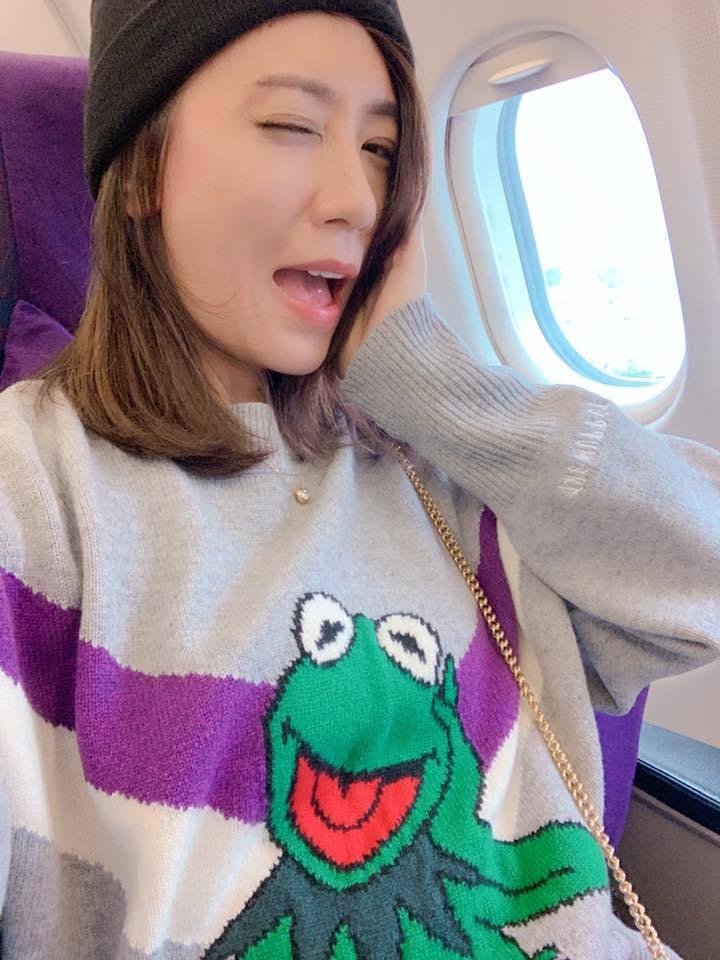 賈靜雯自拍搭機照。圖/摘自臉書