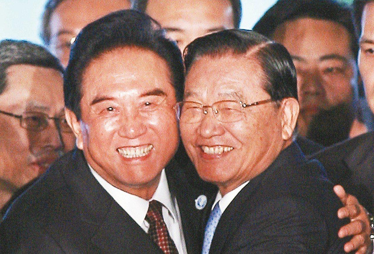 大陸前海協會長陳雲林(左)將來台弔唁已逝的江丙坤。圖為二OO八年十一月,海基會董...
