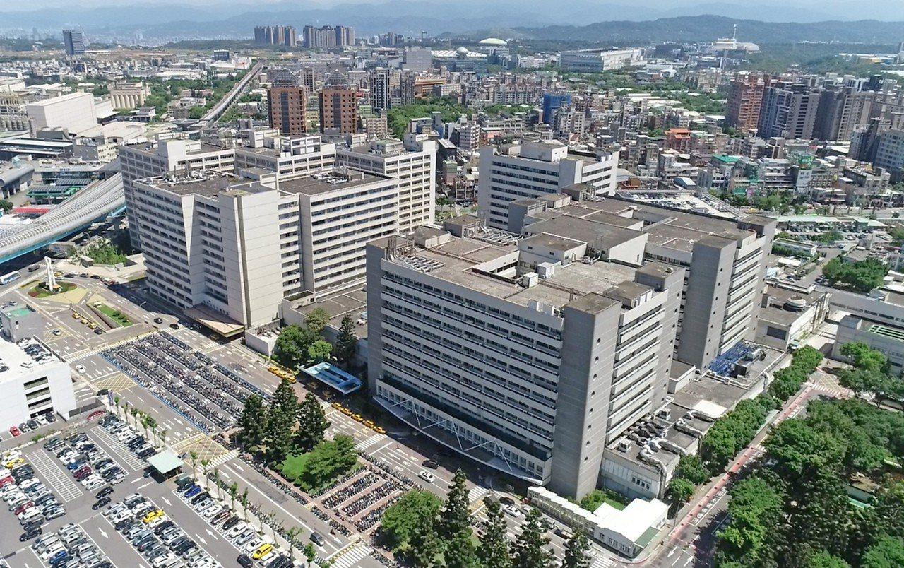 林口長庚成為北部第一家醫學中心,准許醫師向民眾收取於小夜班及大夜班接生的「非值班...