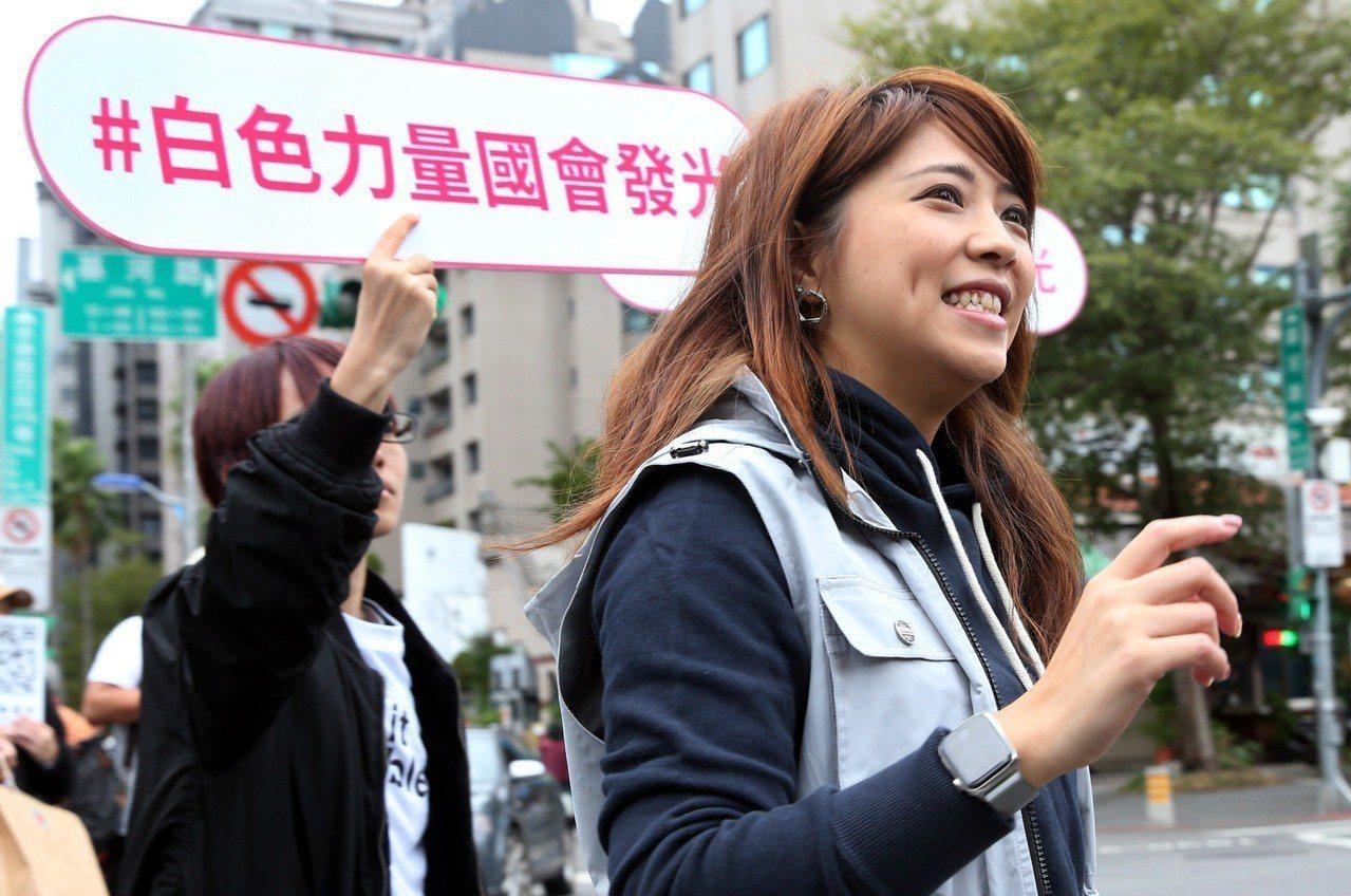 國民黨文傳會副主委黃子哲表示,對照陳思宇的言行,外界已經開始了解,這美麗外表下,...