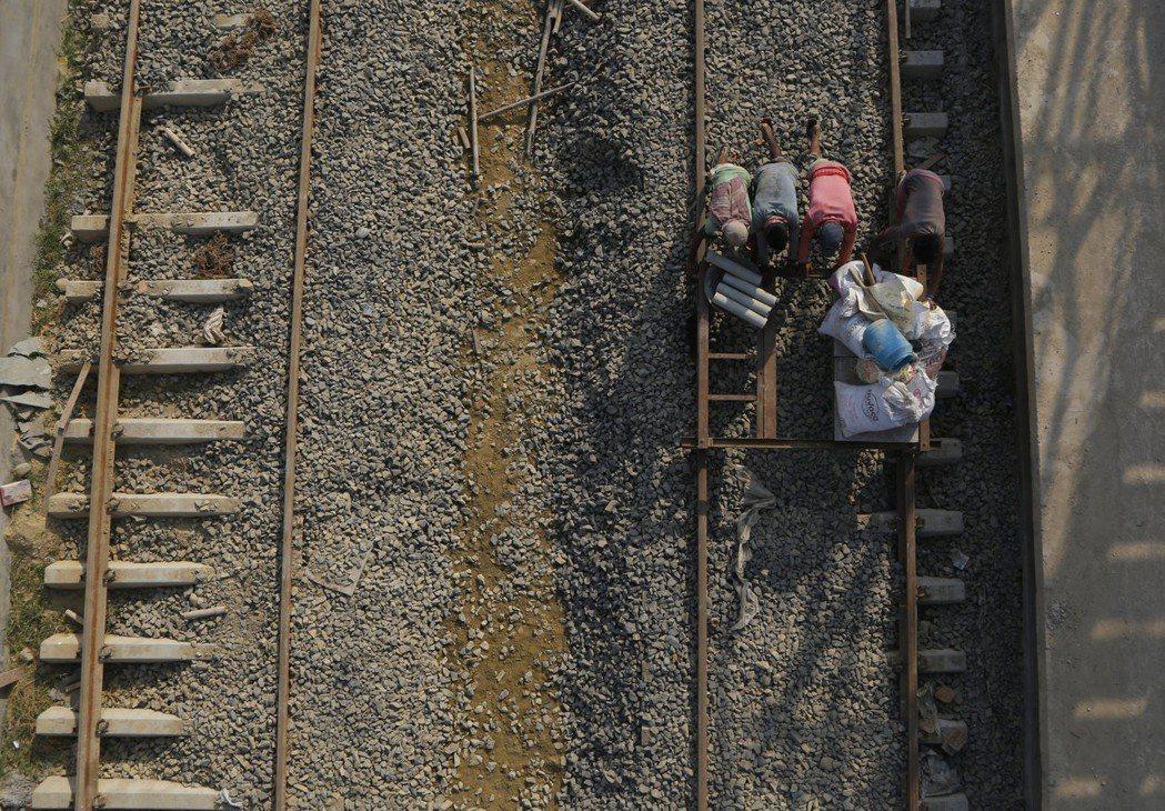 印度資助興建的尼泊爾首條現代化鐵路興建工程正在進行。 (美聯社)