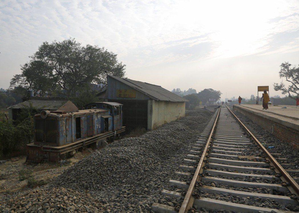 興建中的尼泊爾現代化鐵道,與一旁的破舊火車頭形成強烈對比。 (美聯社)