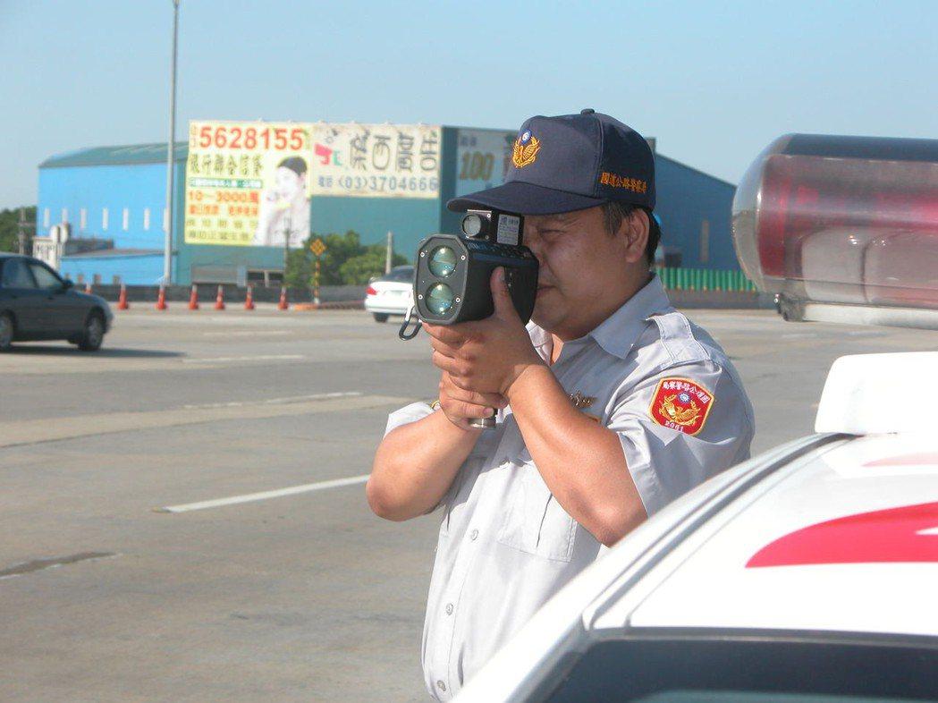 國道員警會在避車彎坐在車內或靠在車旁使用雷射槍測速,揪出龜速車。圖/聯合報系資料...
