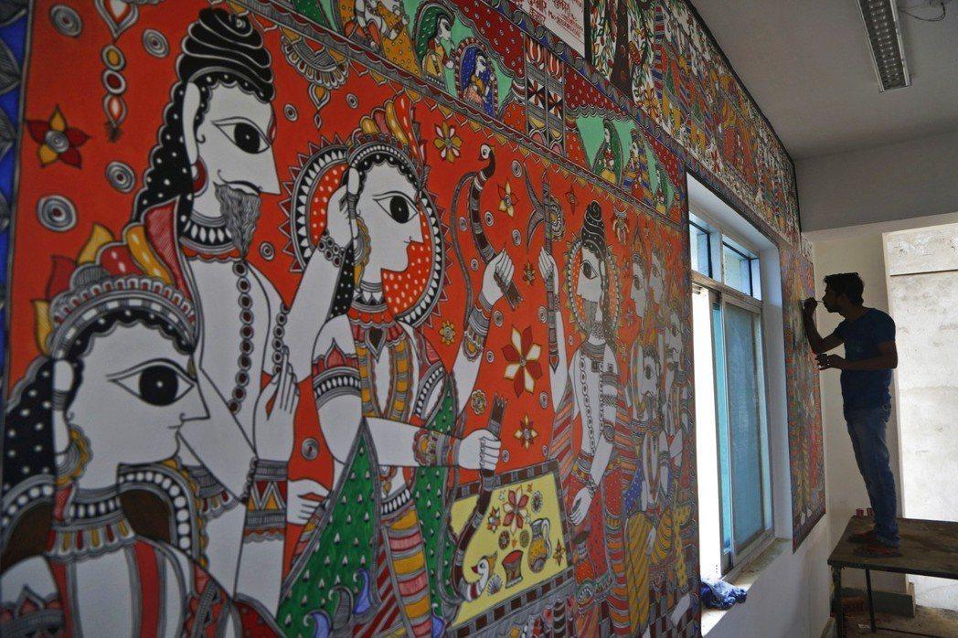 珍納普車站候車室牆壁塗上當地藝術繪畫。 (美聯社)