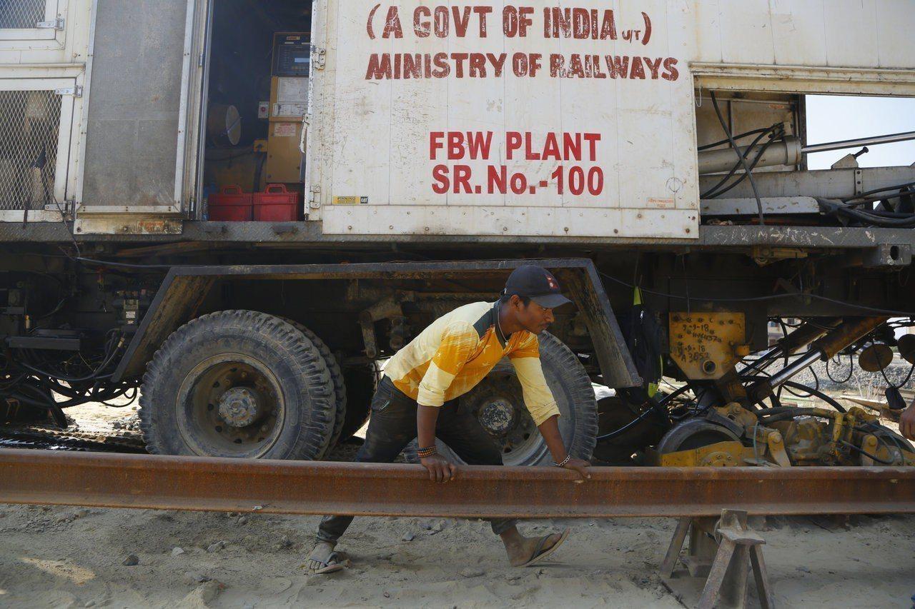 印度出資幫蓋鐵路,圖為尼泊爾工人正在搭建鐵路軌道。 (美聯社)