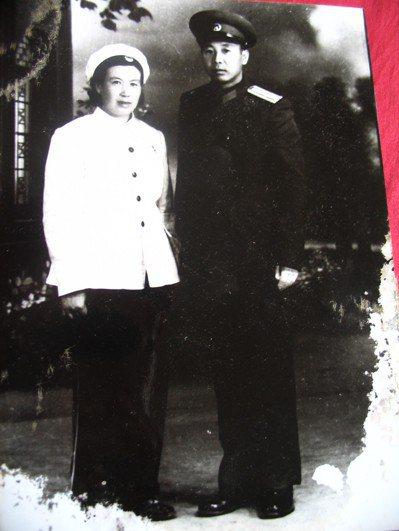 二月河的母親馬翠蘭與父親凌爾文,1958年攝於洛陽。記者陳宛茜/翻攝